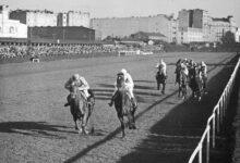 Photo of Szampan, kapelusze i konie – wzorowana n…
